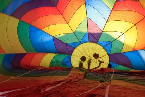 Bevor es ans Ballonfahren geht, heißt es den Fesselballon aufzubauen.