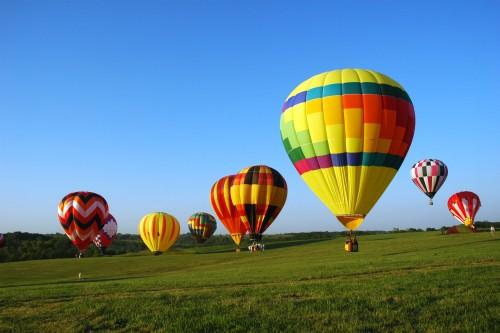 Langsam erheben sich die Heißluftballons und gewinnen an Höhe.